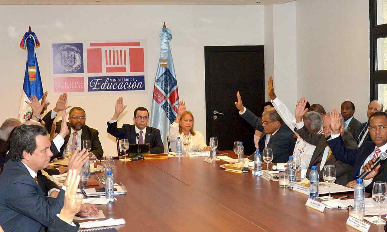 Imagen Ministro Andrés Navarro junto a Miembros del Consejo Nacional de Educación, todos con sus manos derechas levantadas.