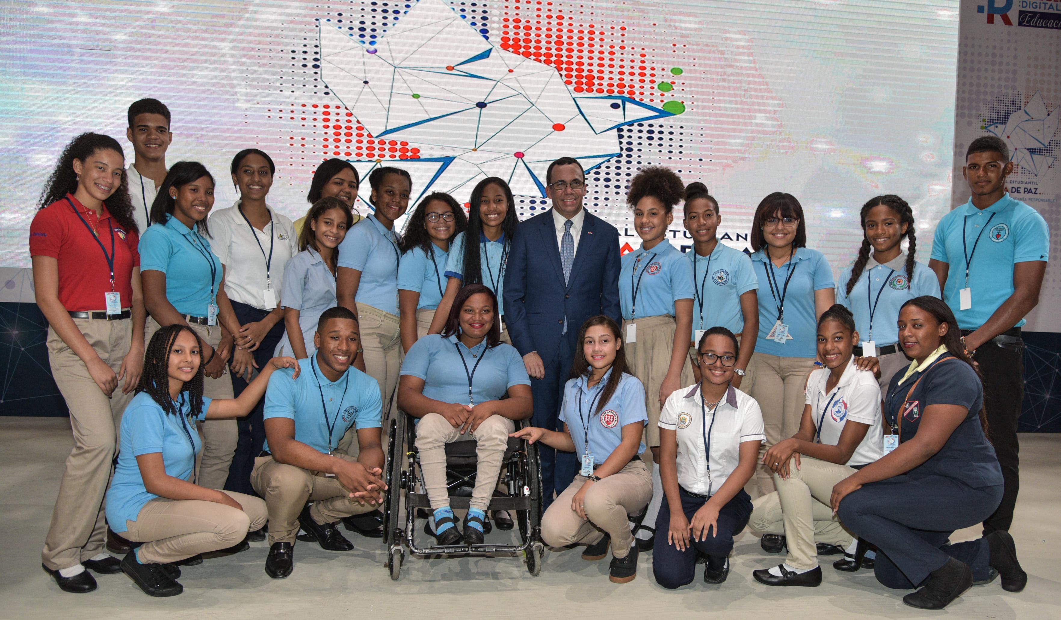 imagen Ministro Andres Navarro de pie junto a estudiantes de condicion especial dejan inaugurado el Foro Nacional Estudiantil por una Cultura de Paz