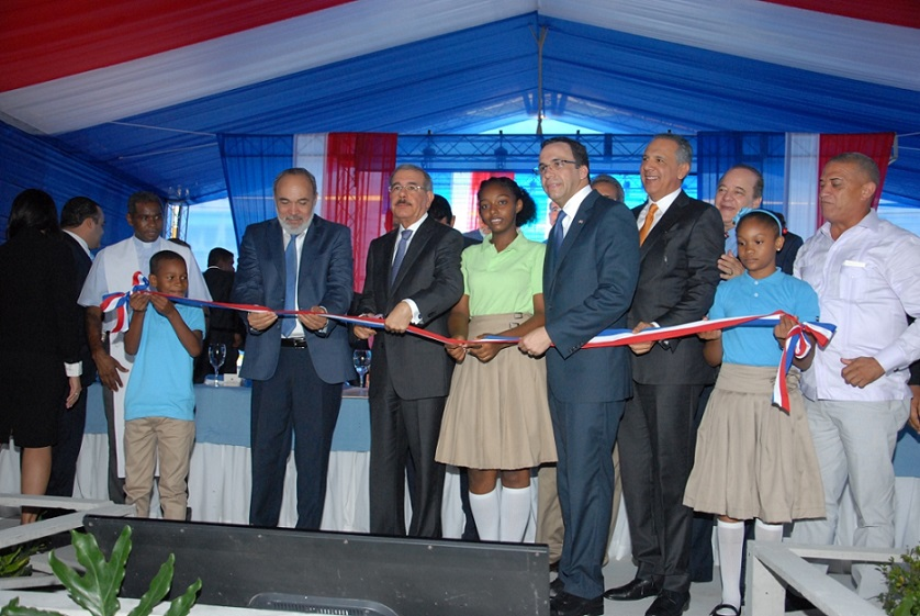 imagen Presidente Danilo Medina, Ministro Andrés Navarro, Ingeniero Francisco Pagán, Ministro José Ramón Peralta, entre otras respresentaciones durante corte de cinta en acto de inauguración.