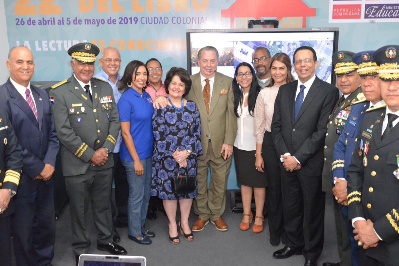 imagen Ministro Antonio Peña Mirabal durante su recorridoen la Feria Internacional del Libro 2019