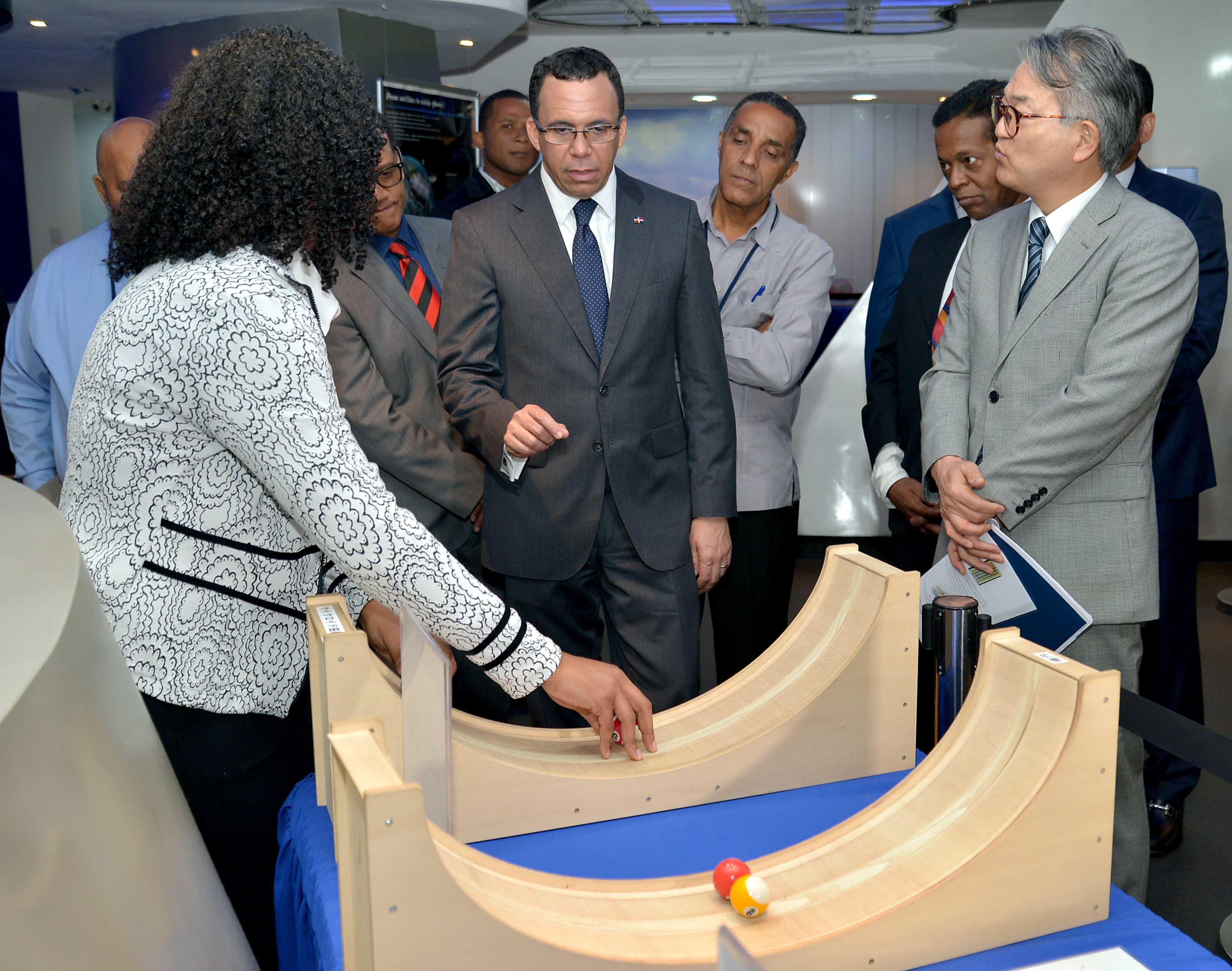 imagen Ministro Andrés Navarro junto a embajador de Japón en RD recorren museo de Matemáticas