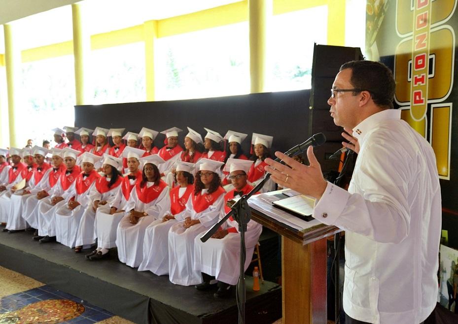 imagen Ministro Andrés Navarro durante su discurso central en la actividad de graduación del Centro de Formación Integral Cigar Family