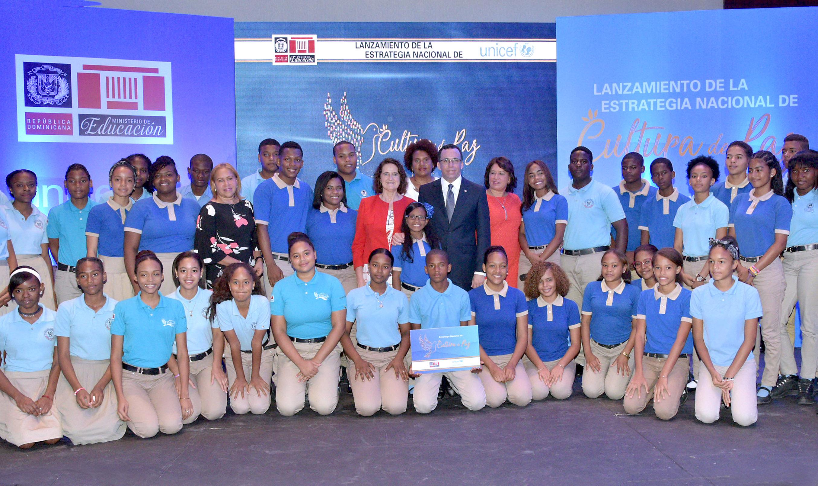 imagen Ministro Andrés Navarro a directiva de Unicef y estudiantes representandes de Estrategia Nacional para una Cultura de Paz en las Esucelas