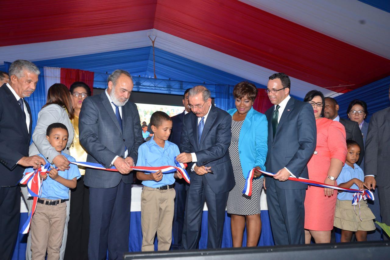 imagen Presidente Danilo Medina corta cinta decentro educativo del nivel primario Emilio Prud´Homme en Boca Chica junto al Ministro de Educación, Andrés Navarro.