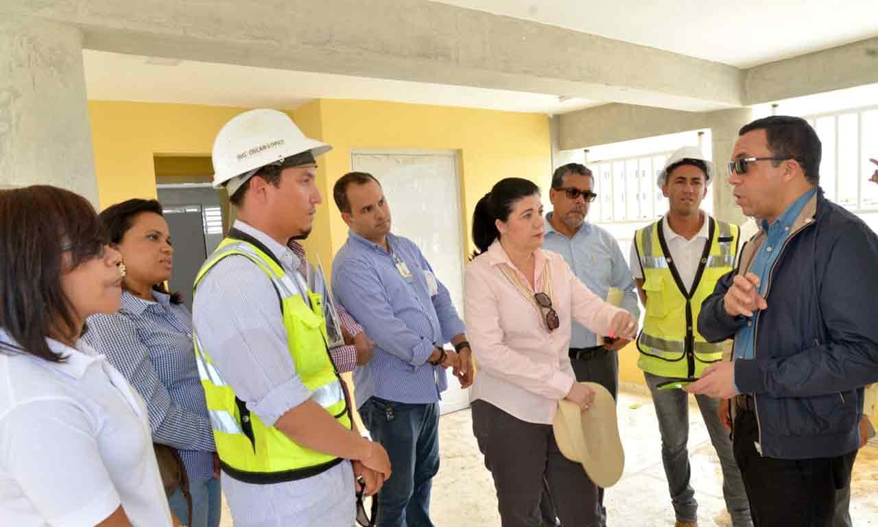 imagen Ministro Andrés Navarro conversa con grupo responsable de construcción de escuelas.