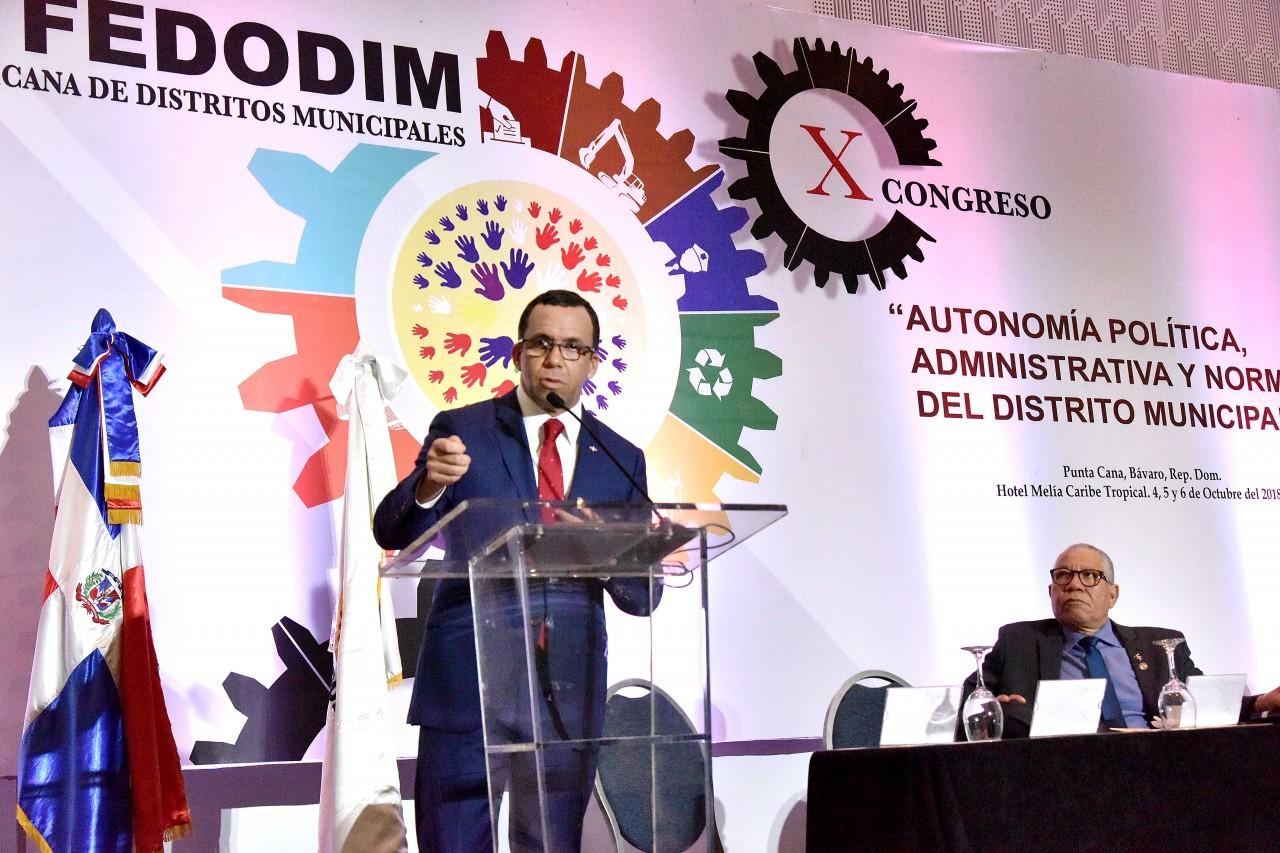 imagen Mnistro Andrés Navarro de pie en podium expresa su discurso
