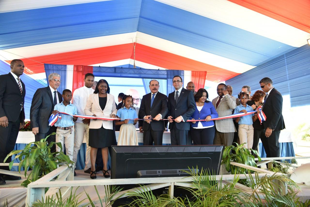 imagen Presidente Danilo Medina junto al Ministro Andrés Navarro y demás autoridades educativas cortando cinta dejando inaugurado nuevo centro educativo en Sierra Prieta