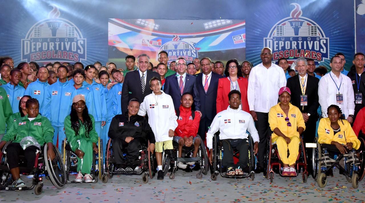 imagen Ministro Andrés Navarro junto autoridades y estudiantes atletas en los Juegos Deportivos Escolares 2017
