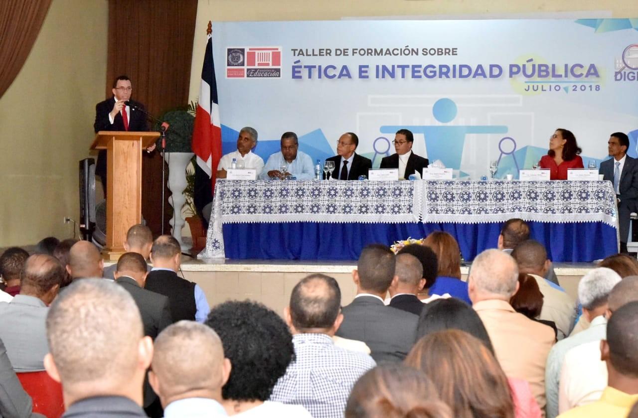 imagen Ministro Andrés Navarro de pie en podium se dirige a Directores Regionales y Distritales que están sentados durante taller de ética pública y transparencia.