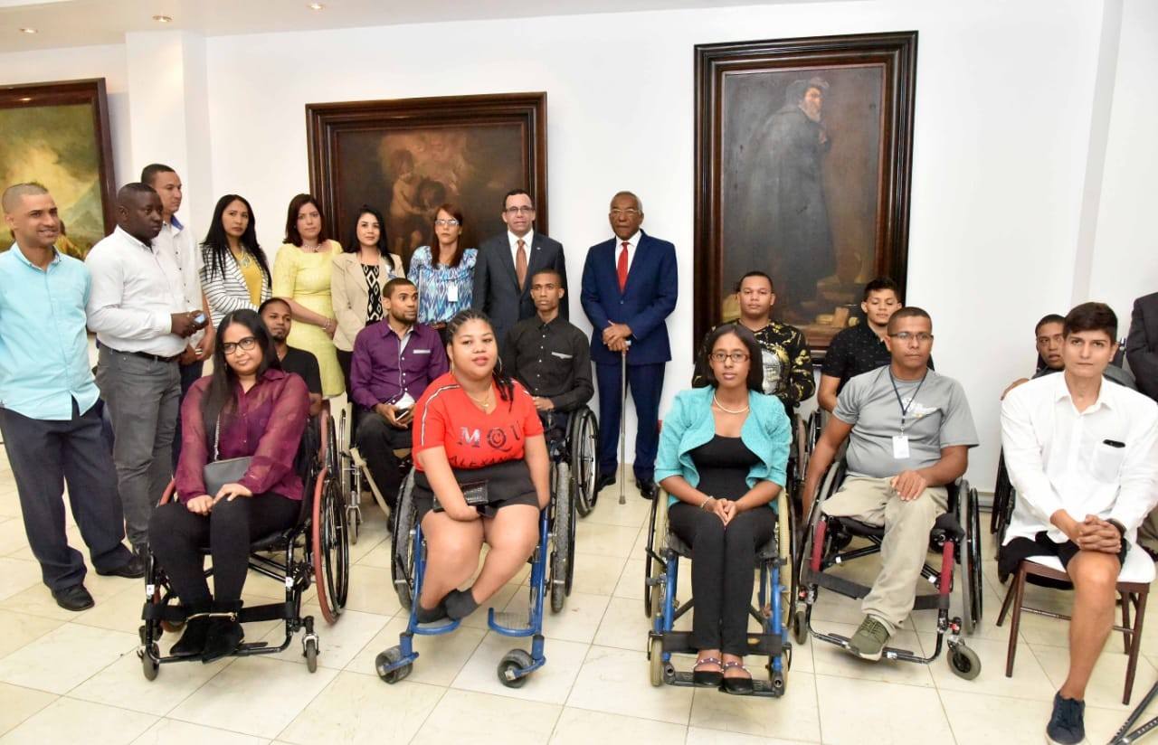 imagen Ministro Andrés Navarro junto a Director de CONADIS Magino Corporán y jóvenes con discapacidad nombrados en Educación