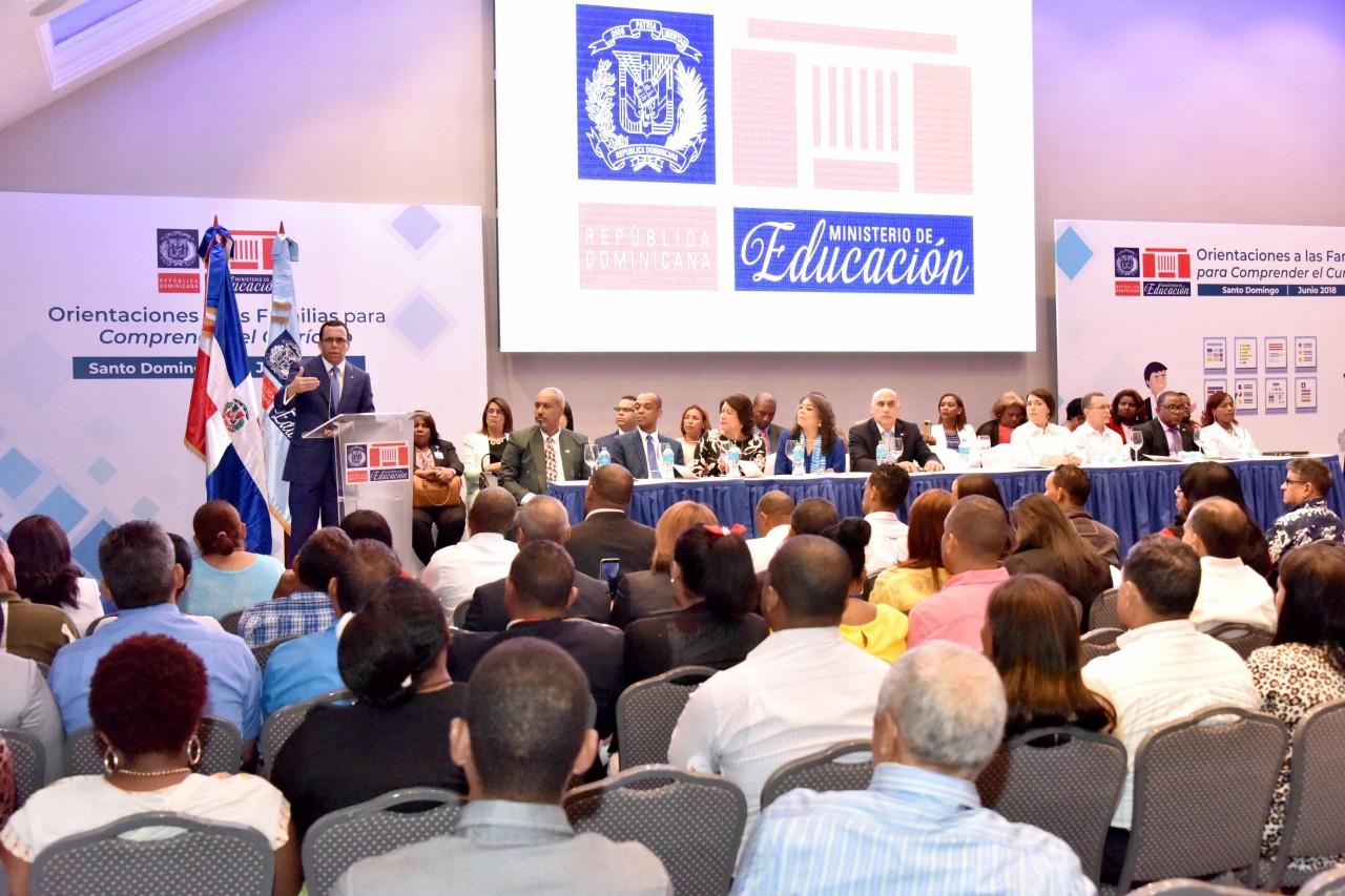 imagen Ministro Andrés Navarro desde un podium se dirige a cientos de representantes de las APMAES Santo Domingo