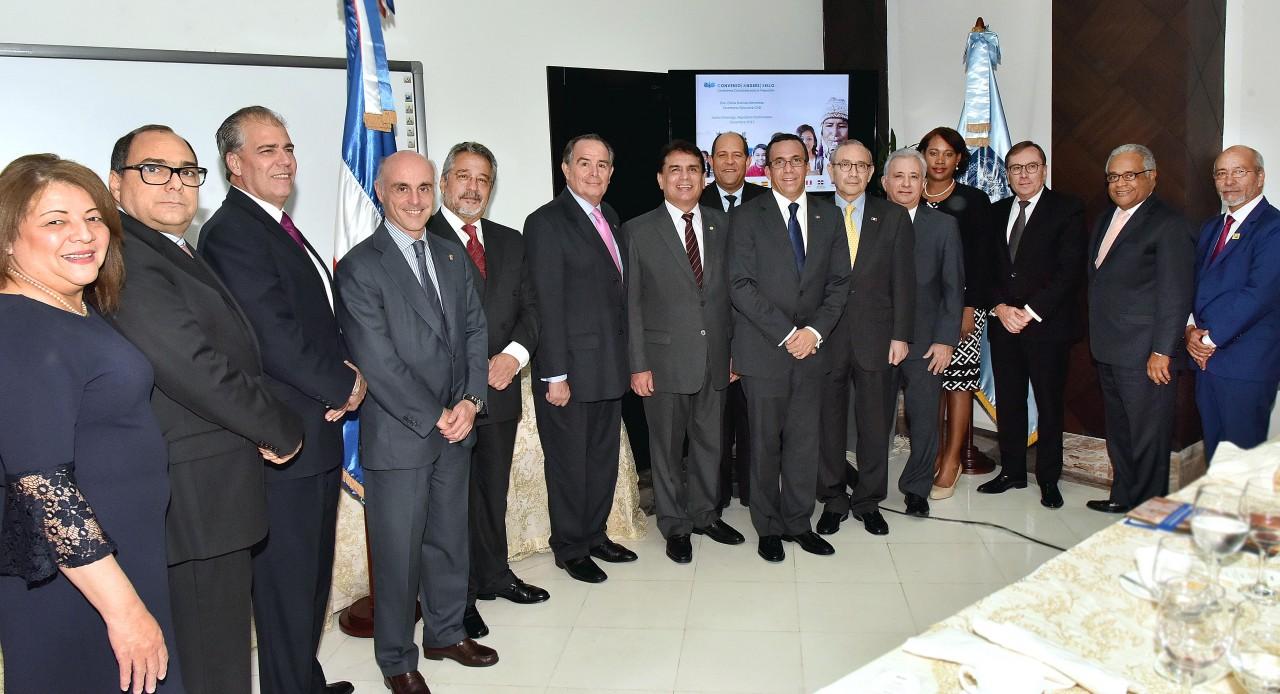 imagen Ministro Andrés Navarro junto a embajadores de países iberoamericanos.