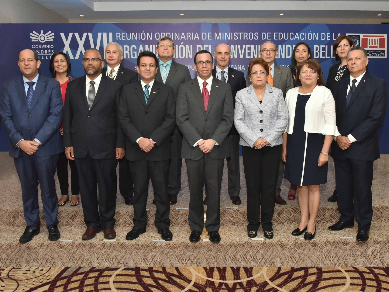 imagen El Ministros de Educación que forman parte del Convenio Andrés Bello están de pie en foto oficial del evento
