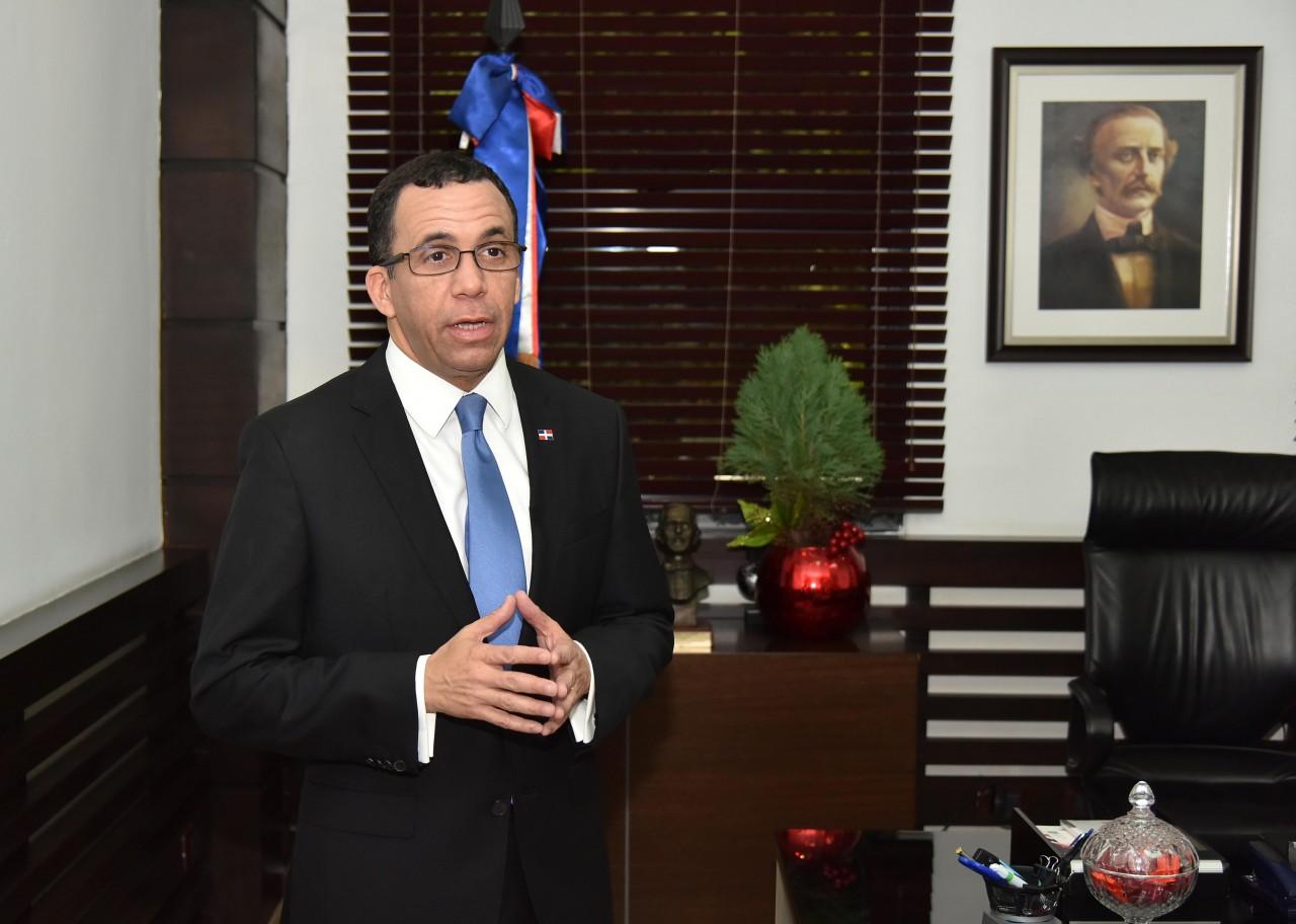 imagen Andrés Navarro de pie en su despacho ofrece declaraciones sobre Nueva Institucionalidad del Ministerio de Educación