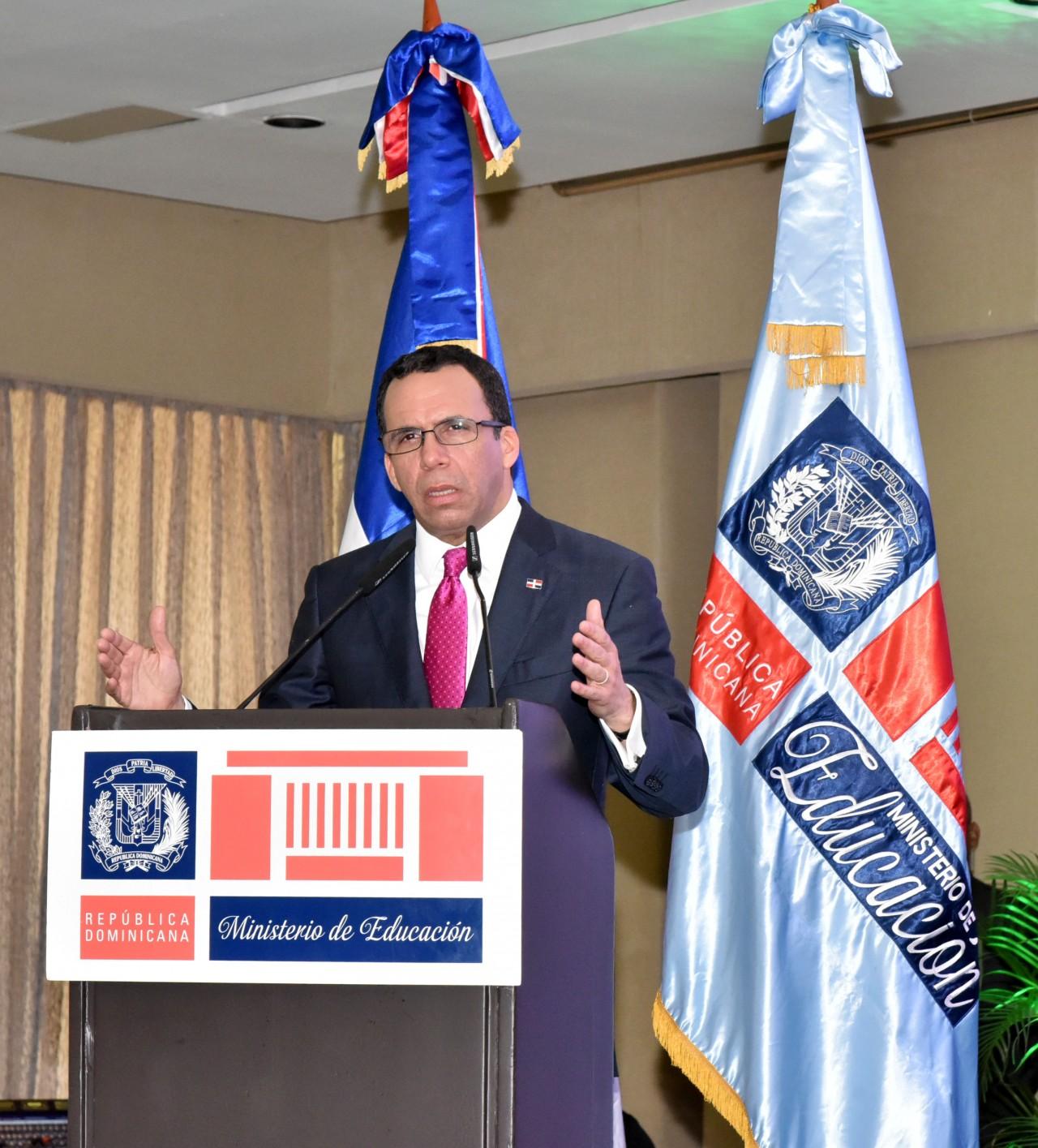 imagen Ministro Andrés Navarro en podium informa apertura de último proceso de escogencia para nuevos Directores Distritales