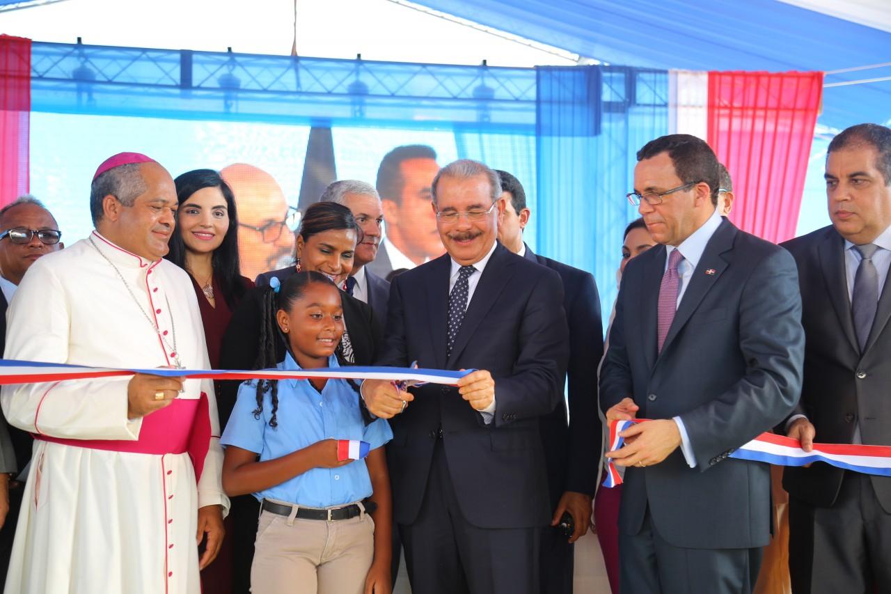 imagen Presidente Danilo Medina junto a Ministro Andrés Navarro y demás autoridades educativas cortan cinta dejando inaugurado un moderno centro educativo y dos estancias infantiles