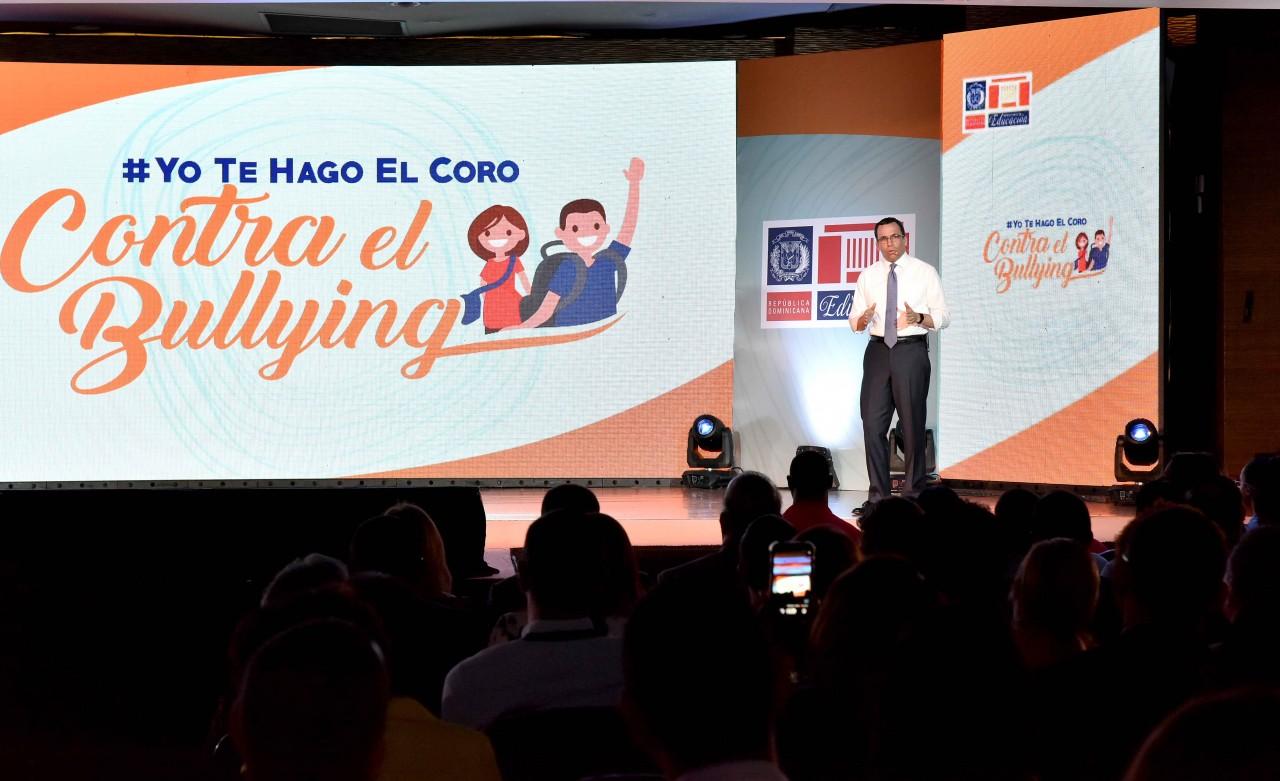 imagen Ministro Andrés Navarro desde escenario explica campaña del Ministerio de Educación sobre el Bullying o Acoso Escolar #YoTeHagoElCoroContraElBullying