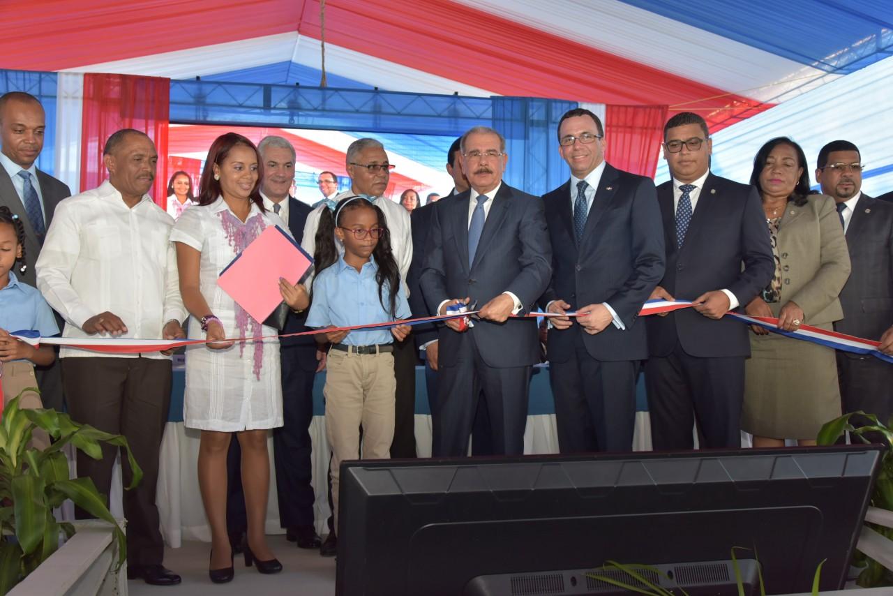 imagen Presidente Danilo Medina junto a Ministro Andrés Navarro y demás autoridades aducativas citan cinta dejando inaugurado nuevo centro educativos ampliación del Politécnico Loyola
