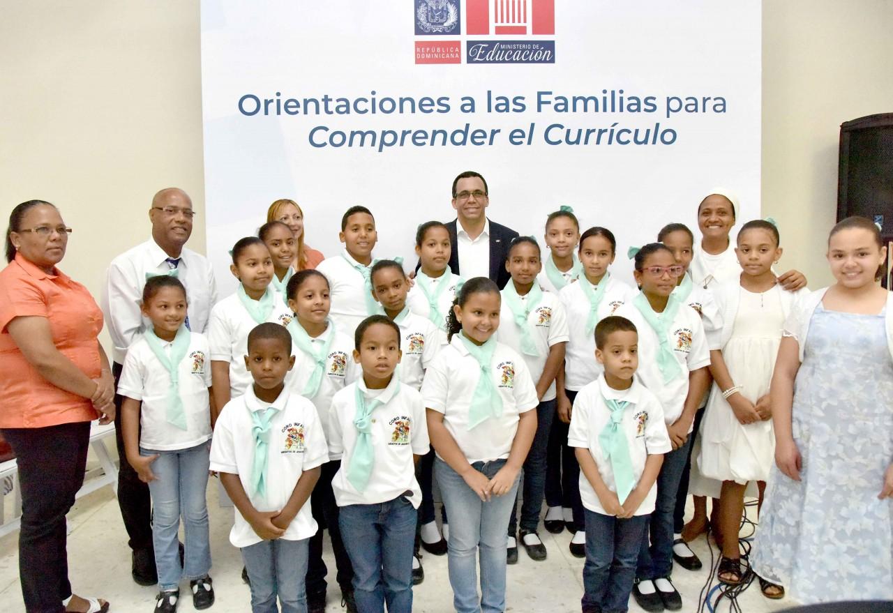imagen Ministro Andrés Navarro junto a estudiantes de San Francisco de Macorís