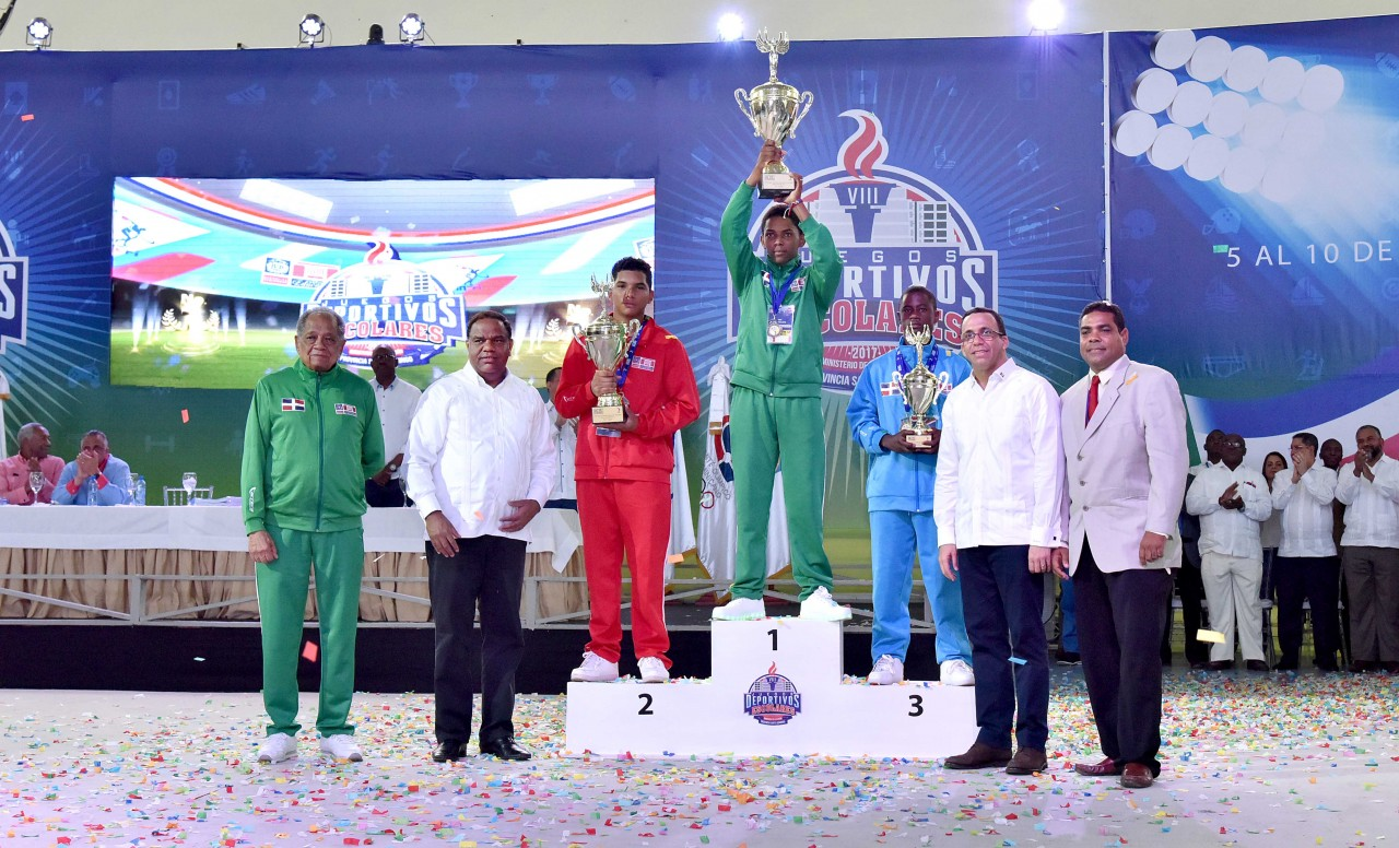 imagen Ministro Andrés Navarro junto a Atletas destacados en los Juegos Deportivos Escolares.