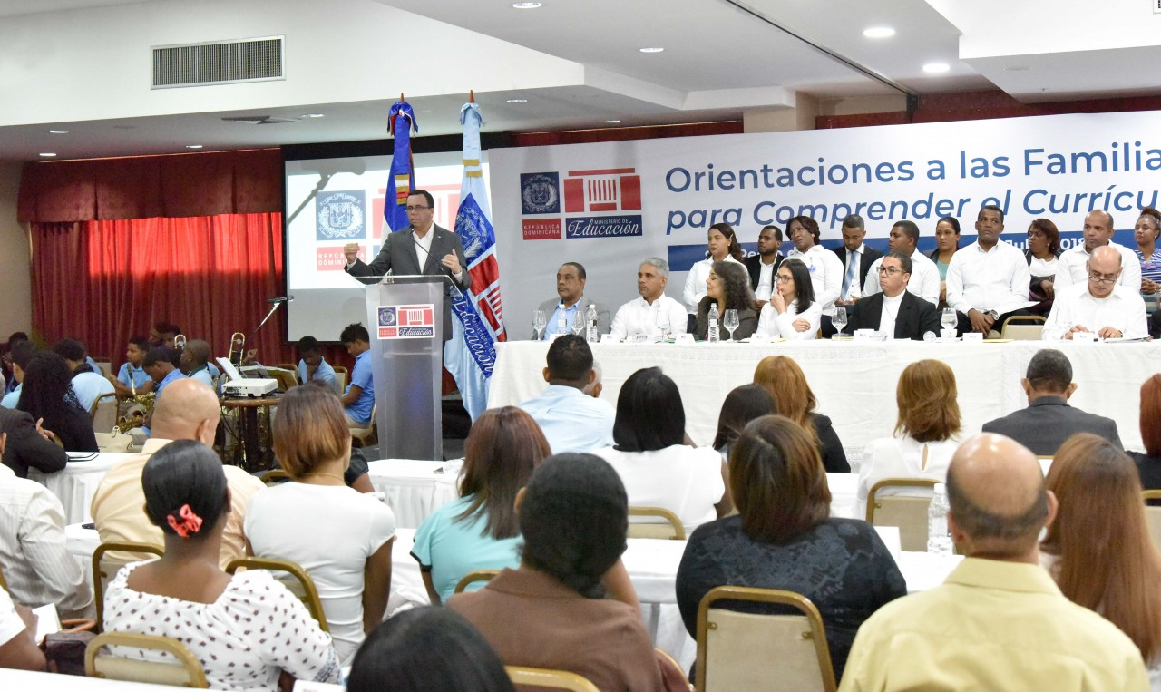 imagen Ministro Andrés Navarro de pie desde podium se dirige a cientos de miembros de las APMAES de la region Este