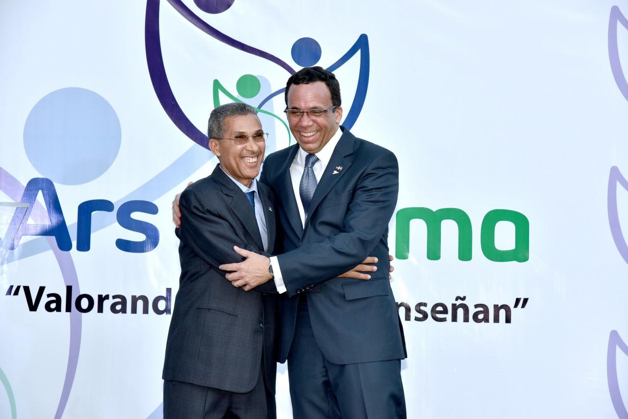 imagen Ministro Andrés Navarro y Doctor Enriquillo Matos, director del SEMMA se dan abrazo fraternal en lanzamiento de la Nueva imagen del SEMMA