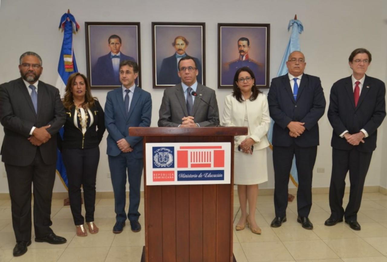 imagen Ministro Andrés Navarro se dirige a los medios