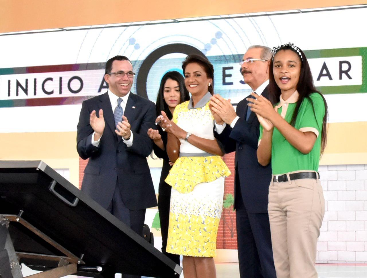 imagen Presidente Danilo Medina, Primera Dama Candida Montilla de Medina, Ministro Andrés Navarro y estudiante de secuandaria de pies aplaudiendo con alegria el inicio del Año Escolar 2018-2019