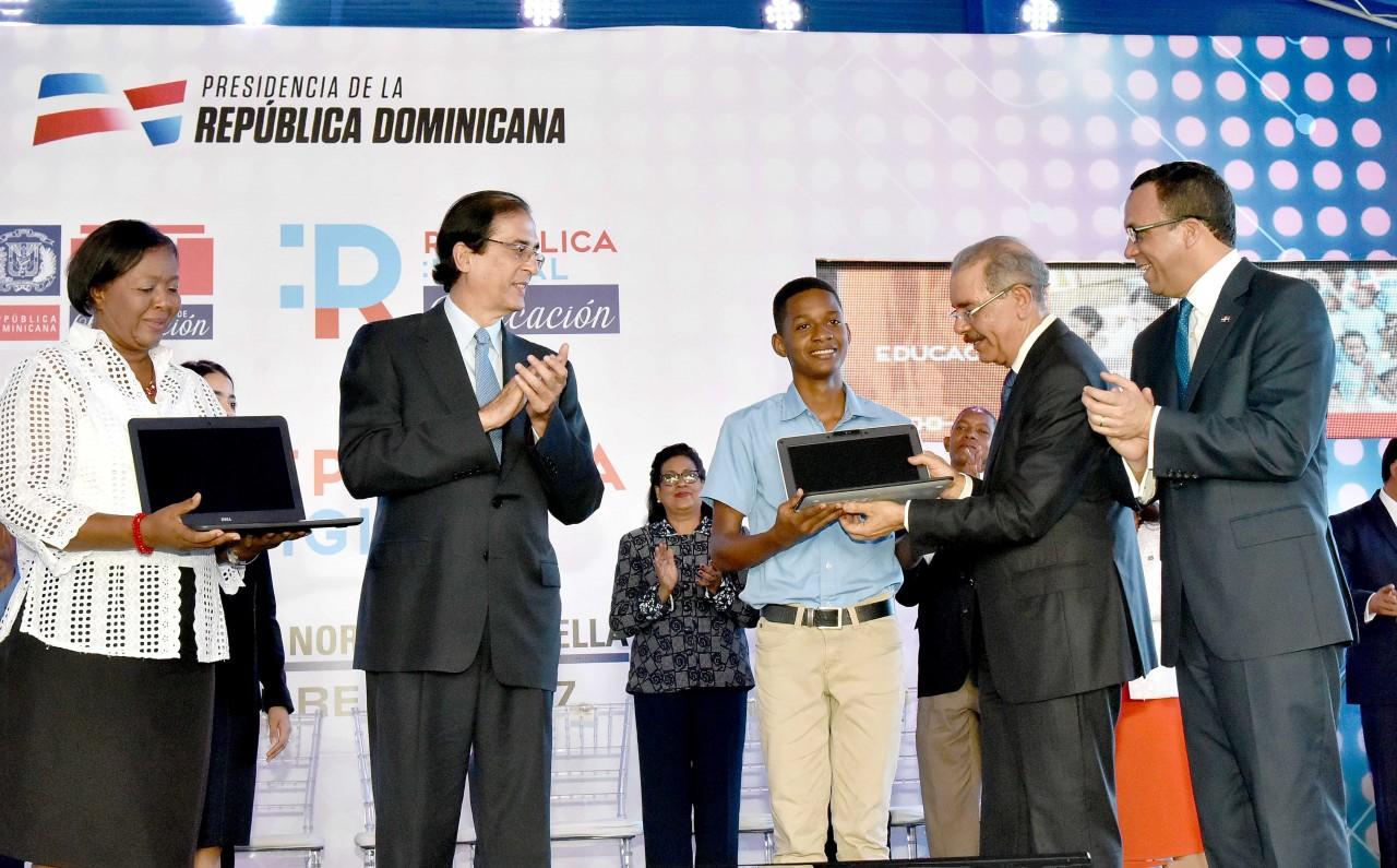 imagen Ministro Andrés Navarro junto al Pte. Danilo Medina y ministro Gustavo Montalvo en lanzamiento de República Digital.