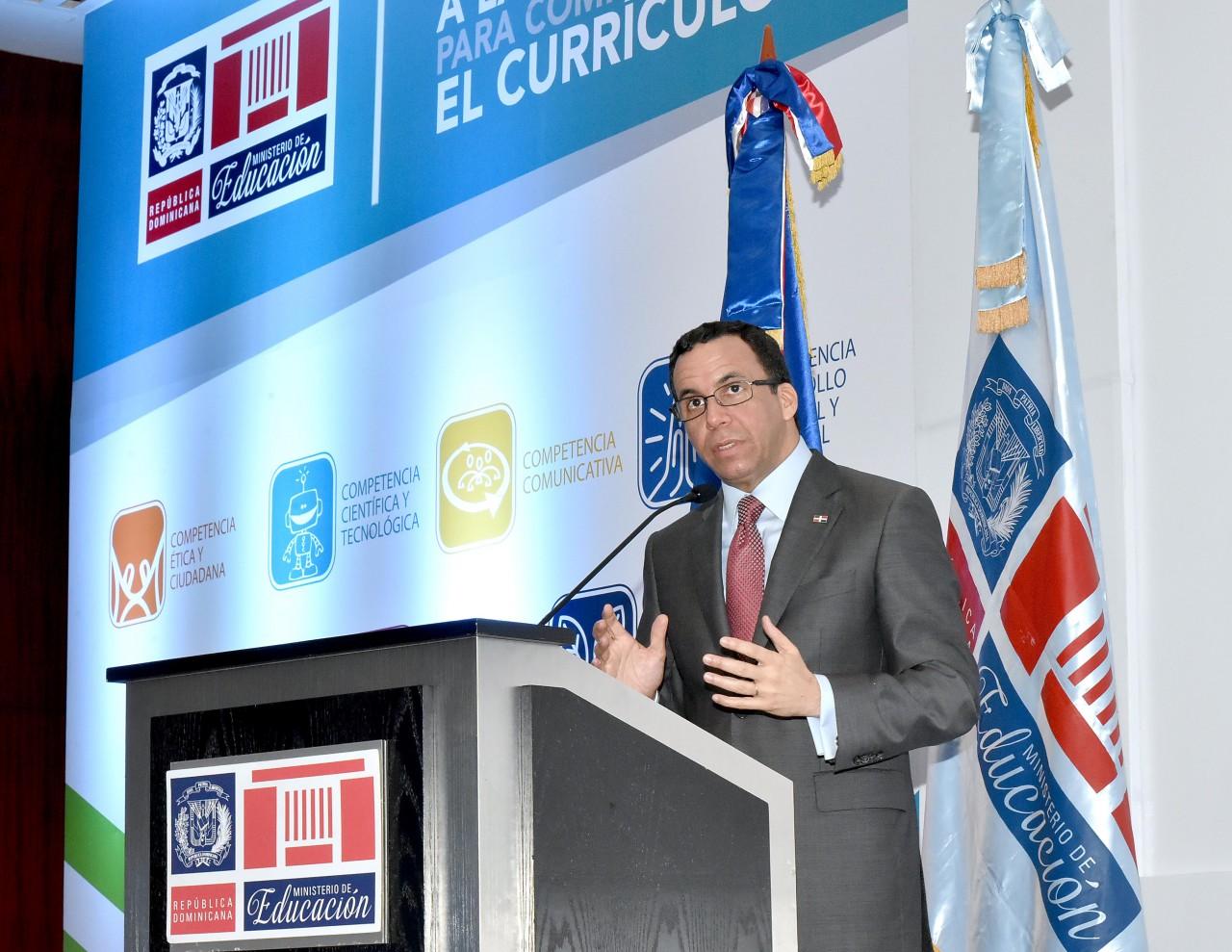 imagen Ministro Andrés Navarro en podium presentando el programa del Nuevo Currículo Escolar