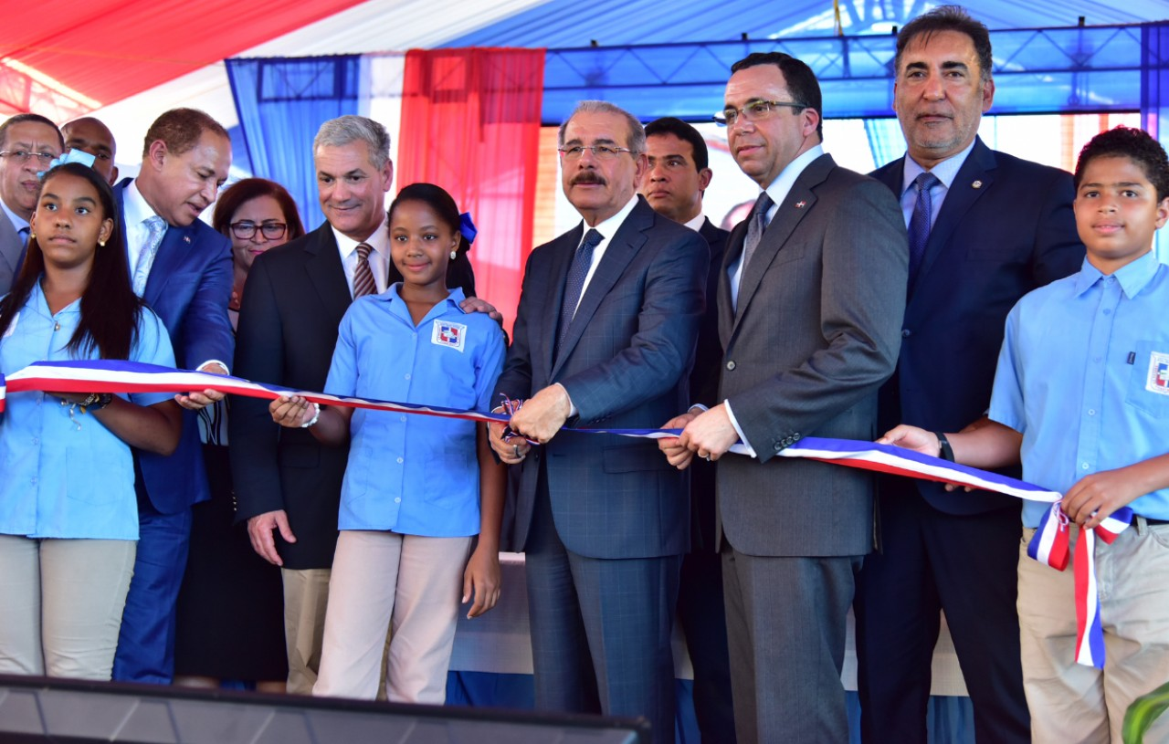 imagen Presidente Danilo Medina junto a Ministro Andrés Navarro y demás autoridades educativas cortan cinta dejando inaugurado dos modernos centros en La Vega