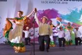 imagen Estudiantes de Educación Artística bailando Mangulina en tarima