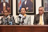 imagen Ministro de educación sentado en mesa junto a Danilo Díaz y Mejía Oviedo durante rueda de prensa.