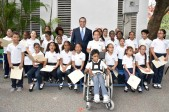 imagen Ministro Andrés Navarro junto a estudiantes de 15 centros educativos cristianos