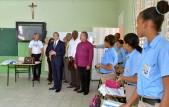 imagen Ministro Andrés Navarro durante visita de centro educativo. Junto a él directiva del centro y grupo de alumnos.