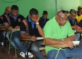 imagen Estudiantes sentados mientras toman pruebas nacionales