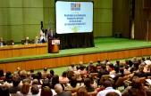imagen Ministro Andrés Navarro parado en podium expone resultados de Pruba Nacional Diagnóstica Tercer Grado