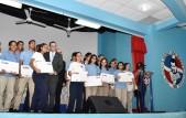 imagen Ministro Andrés Navarro de pie en tarima junto a estudiantes del Colegio Don Bosco entregando formalmente computadoras del programa República Digital Educación