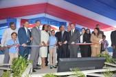 imagen Presidente Danilo Medina junto a Ministros Andés Navarro, Gonzalo Castillo y demás autoridades educativas cortando cinta dejando inaugurado cuatros nuevos centros en La Vega