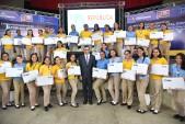 imagen Ministro Andrés Navarro de pie junto a estudiantes que recibieron su notebook del programa Repùblica Digital Educaciòn