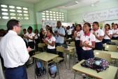 imagen Ministro Andrés Navarro en aula frente a estudiantes de politécnico Nuestra Señora Del Carmen en Simón Bolívar