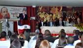 imagen Ministro Andrés Navarro desde podium dirigiéndose a maestros y estudiantes en Premiación Eugenio María de Hostos en Hato Mayor del Rey