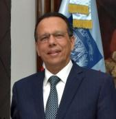 imagen Foto frontal del Ministro de Educación, parado a medio cuerpo.