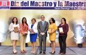 imagen Ministro de pie junto a maestras galardonadas al mérito magisterial 2018.