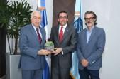 imagen Ministro Andrés Navarro al centro, a su derecha el presidente del Banco BHD Leon, a su izquierdaJosé –Pinky- Pintor, director del documental.