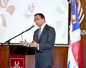 """imagen Ministro Andrés Navarro en podium como orador invitado enIV Congreso """"Familia a toda Prueba: Restaurando Relaciones""""."""