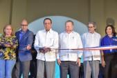 imagen Ministro Antonio Peña Mirabal de pie junto a autoridades del Ministerio de Cultura y el MINERD cortando cinta en apertura del pabellón en Feria del Libro