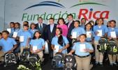 imagen Ministro de Educación Andrés Navarro junto a familia Brache y los alumnos reconocidos durante la 8va. Premiación de Estudiantes y Maestros Meritorios