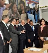 imagen Ministro Andrés Navarro de pie junto al presidente Danilo Medina, Vicepresidenta de la Rpública y autoridades de Esado recorriendo intalaciones de República Digital Educación
