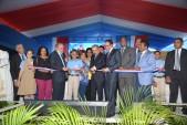 imagen Presidente Danilo Medina corta cinta junto al Ministro Andrés Navarro y demás autoridades educativo dejando inaugurado nuevo plantel escolar